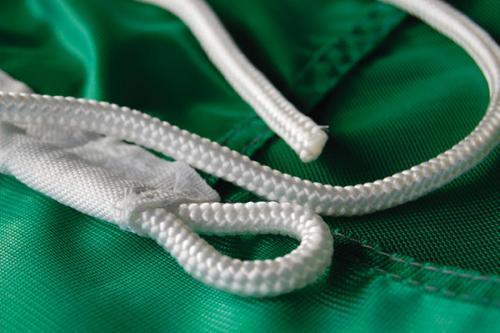 Dettaglio occhiello per fissaggio bandiera e corda.